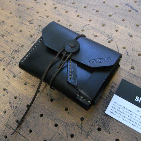 イノウォレット商品画像001:イノセンスは無垢という意味。ファスナーやボタンを使わず、革と縫い糸のみで作られた財布です。