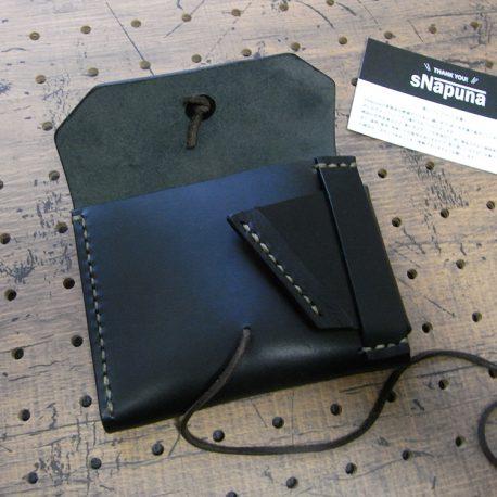 イノウォレット商品画像003:開けると右側に調整ベルトがあります。5センチほどのマチとなりますので、取り出しがしやすいです。