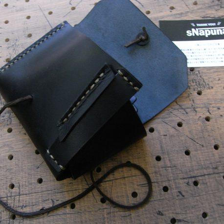 イノウォレット商品画像004:ベルトは財布を広げた時ベルトの折り返しで留まるように設計されています。