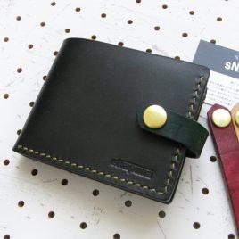 ハーフウォレットhw001商品画像000: 二つ折り財布です。レザーバンドは取り外しでき、気分に合わせて色を変えて楽しむことができます。