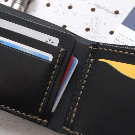 ハーフウォレットhw001商品画像007:展開してカードとお札を収納した画像です。