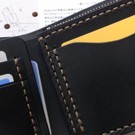 ハーフウォレットhw001商品画像008:カード収納は2枚づつ入ります。画像は小銭入れ前面のカード収納です。