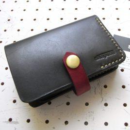 ハーフウォレットhw002-000商品画像:大き目の二つ折り財布です。カード収納ポケットを多く配備しています。カードポケットは多少ゆとりを持たせているので、2枚ずつ収納できます。