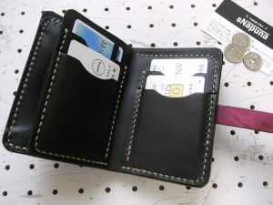 ハーフウォレットhw002-011商品画像:画像では1枚づつ収納していますが、カードポケットは多少ゆとりを持たせているので、2枚ずつ収納できます。