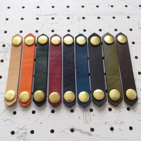 レザーバンド商品画像000:sNapuna仕様のレザーバンドです。画像左から、ナチュラル・オレンジ・グリーン・レッド・ダークブルー・ブルー・ブラック・モスグリーン・ダークブラウンです。