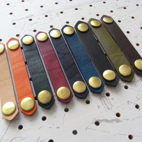 レザーバンド商品画像001:画像左から、ナチュラル・オレンジ・グリーン・レッド・ダークブルー・ブルー・ブラック・モスグリーン・ダークブラウンです。左からの撮影です。