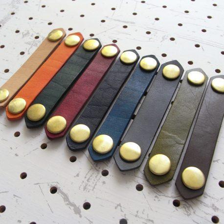 レザーバンド商品画像002:画像左から、ナチュラル・オレンジ・グリーン・レッド・ダークブルー・ブルー・ブラック・モスグリーン・ダークブラウンです。右からの撮影です。