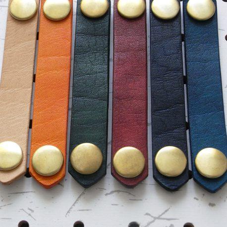 レザーバンド商品画像003:カスタムカラー6色。左からナチュラル・オレンジ・グリーン・レッド・ダークブルー・ブルーです。