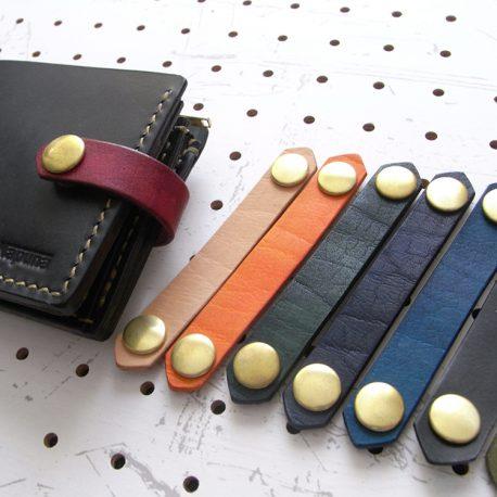 レザーバンド商品画像007:sNapunaのウォレットはバンドの付け替えが可能です。