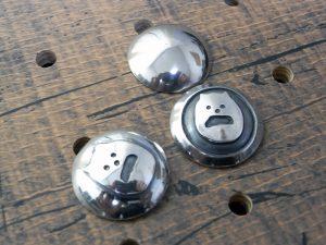 コンチョ3種類サンプル画像000:(上)プレーンコンチョ、(左下)シーサープレーンコンチョ、(右下)シーサーコンチョ