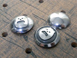 コンチョ3種類サンプル画像001:(左)シーサープレーンコンチョ、(中央)シーサーコンチョ、(右)プレーンコンチョ
