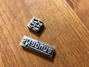 新調したスナプナの刻印です。 上がカタカナロゴのもの、下が従来のロゴです。鋼の焼き入りでテーパードがかかっています。
