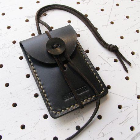 お守りケース(ボタン仕様)商品画像000:表正面の画像です。革ボタンのお守りケースです。
