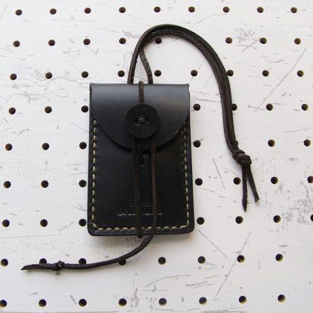 お守りケース(ボタン仕様)商品画像001:表正面の画像です。サイズは当店のお守りケースと同一です。
