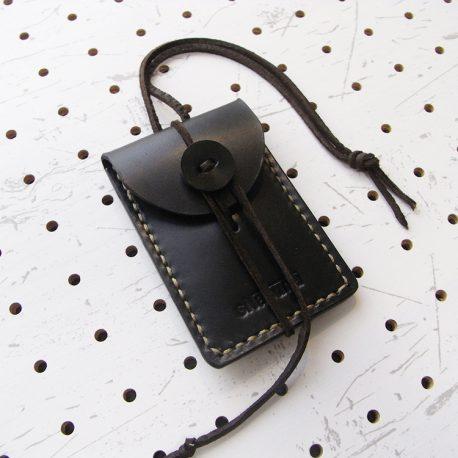 お守りケース(ボタン仕様)商品画像002:右斜めからの画像です。