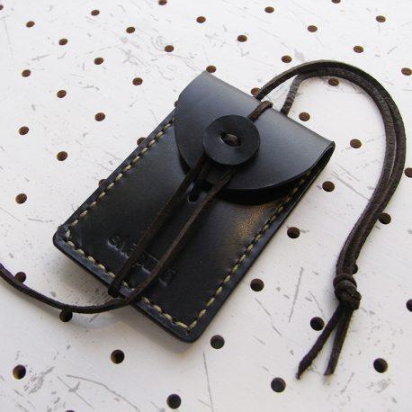 お守りケース(ボタン仕様)商品画像003:左斜めからの画像です。