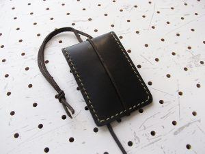 お守りケース(ボタン仕様)商品画像004:裏側からの画像です。