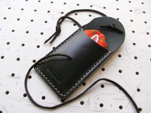 お守りケース(ボタン仕様)商品画像006:お守りを入れてみました。すっぽり入ります。
