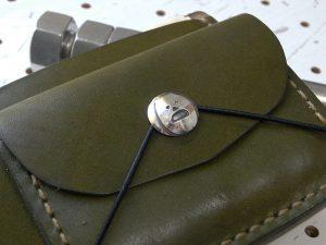 シンプルウォレットのコンチョ装着例001:シーサーミニコンチョの装着例です