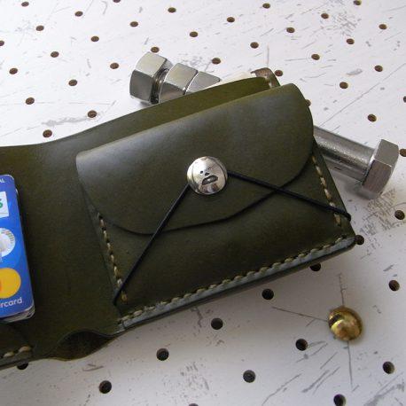 シンプルウォレットのコンチョ装着例002:シーサーミニコンチョの装着例です