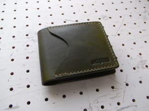 シンプルウォレット商品画像001:表側の画像です。革色はモスグリーンです。