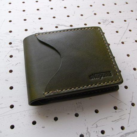 シンプルウォレット商品画像001:表側の画像です。サンプルの革色はモスグリーンです。