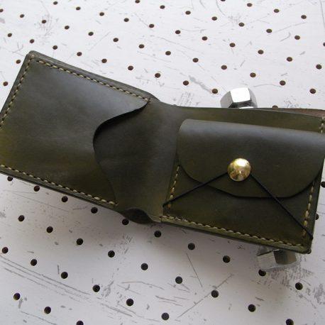 シンプルウォレット商品画像003:開くと右に小銭入れ・左にカード収納です。