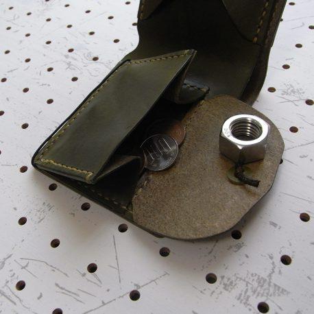 シンプルウォレット商品画像006:小銭入れは両側マチで取り出しがしやすいです。