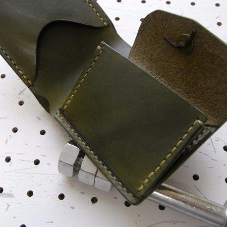 シンプルウォレット商品画像007:ゴム留めはマチの下側へ通しています。ゴムがヘタってもご自身でリペアが可能です。