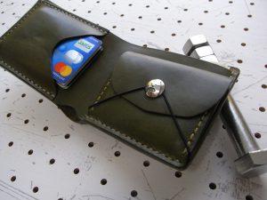 シンプルウォレットのコンチョ装着例003:シーサーミニコンチョの装着例です