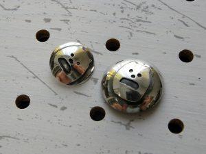 シーサーミニコンチョ商品画像004:シーサープレーンコンチョとの比較画像です。