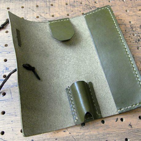 プルームテックプラスケース商品画像003:開くとホルダー収納とポケットのみのシンプル仕様。