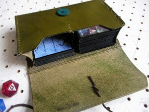 デッキケース02商品画像007:サンプル画像では、マジック:ザ・ギャザリング(MTG)のカードをスリーブケースに入れて、左側に60枚/右側に15枚を収納しています。