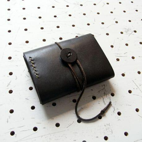 ミニマムウォレット商品画像004:裏の画像です。ボタンにくるくる巻いて留める仕様です。