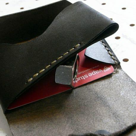 ミニマムウォレット商品画像009:背面のカード収納は挟み込む感じです。