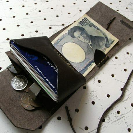ミニマムウォレット商品画像010:メインのカード収納はキャッシュカード程度の厚さのカードが10枚ほど余裕で入ります。小銭入れにもマチをいれてますので、大きく開いて取り出しも可能です。