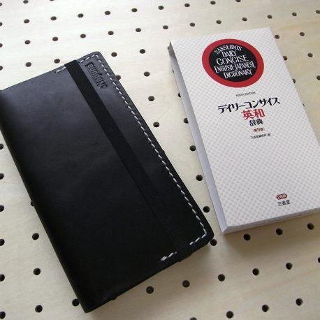 デイリーコンサイス英和(和英)辞典カバー(ハンディータイプ)商品画像008:辞書を入れて時の表側の画像です。