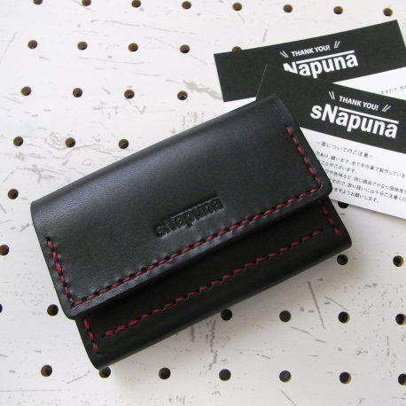 名刺入れ(カードケース)002商品画像000:前面に1箇所のポケットとメインにマチ付きのポケットのみの仕様です。厚手の革で作っていますがボタンを付けていないので、馴染むまではチョット開いた感じがあります。