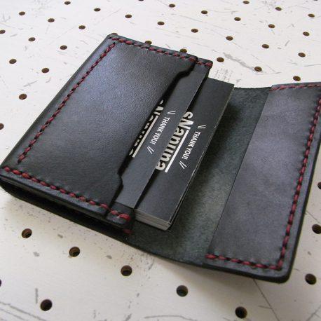 名刺入れ(カードケース)002商品画像007:前面のポケットにもカードを入れてます。