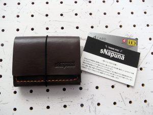ミニマムウォレット003(ゴム紐)商品画像001:サンプルは革の色はダークブラウン、糸の色はオレンジです。