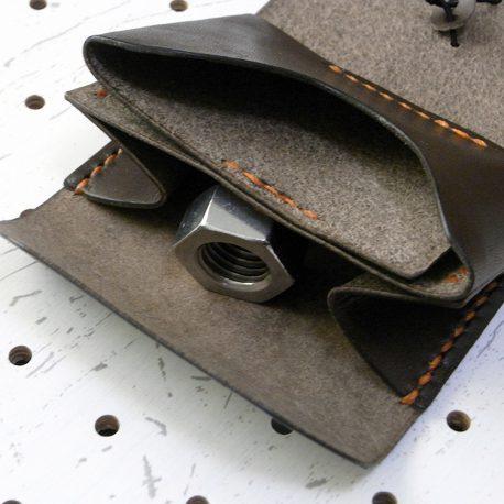 ミニマムウォレット003(ゴム紐)商品画像008:上の部分はカード収納、下の部分は小銭入れです。