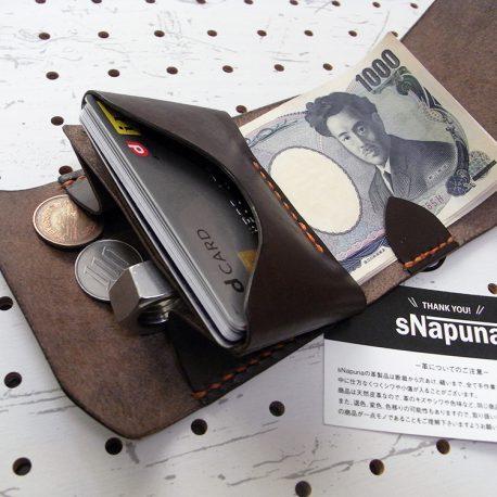 ミニマムウォレット003(ゴム紐)商品画像010:札とカード、小銭を収納した画像です。