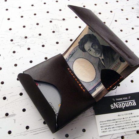 ミニマムウォレット003(ゴム紐)商品画像011:厚さを減らす為、小銭入れにはボタンを無くし、巻き込む形で畳みます。