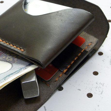 ミニマムウォレット003(ゴム紐)商品画像014:カードを10枚ほど収納して、札と札裏にカードをいれてみました。