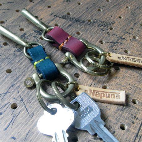真鍮シャックルキーホルダー商品画像001:真鍮製のシャックルキーホルダーです。【耐久性】と【材質】に拘りました。シンプルな製品のため永くお使いいただけると思います。縫い糸の色と繋ぎ部分の革の色が選択可能です。