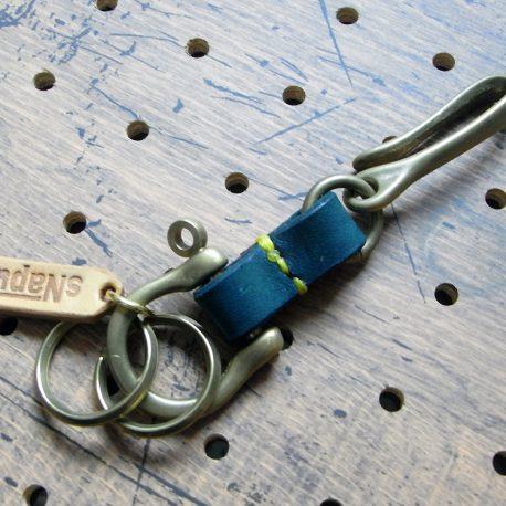 真鍮シャックルキーホルダー商品画像002:表側から見た画像です。