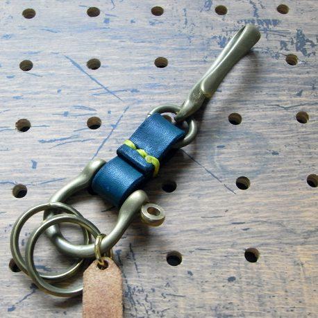 真鍮シャックルキーホルダー商品画像003:裏側から見た画像です。