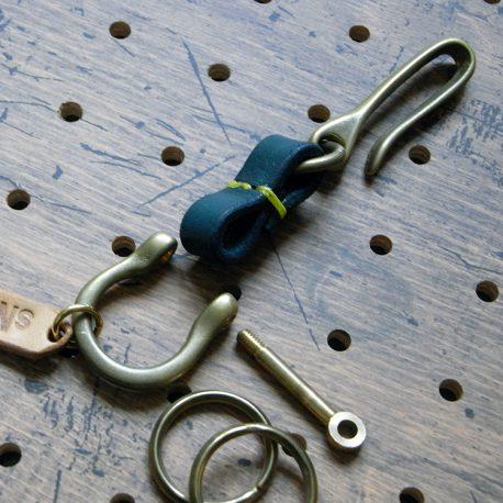 真鍮シャックルキーホルダー商品画像004:分解したときの画像です。キーリングの取り外しが簡単にできます。