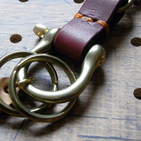 真鍮シャックルキーホルダー商品画像007:バンドの色はお選びいただけます。写真は赤のバンドです。