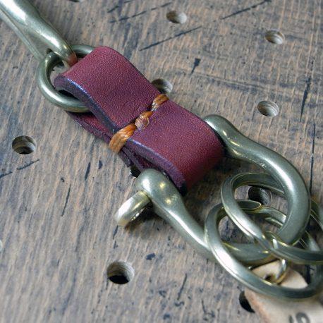 真鍮シャックルキーホルダー商品画像008:バンドの色はお選びいただけます。写真は赤のバンドです。